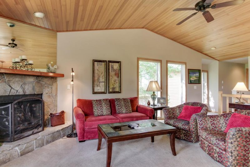 Updated Sunriver condo w/ golf course views & resort fun! - Image 1 - Sunriver - rentals
