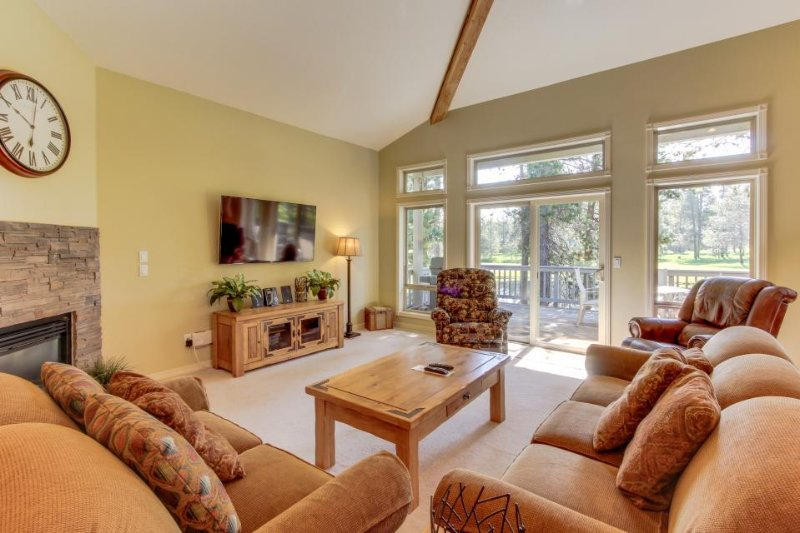 Dog-friendly home in quiet neighborhood w/ hot tub and Ping-Pong table! - Image 1 - Sunriver - rentals