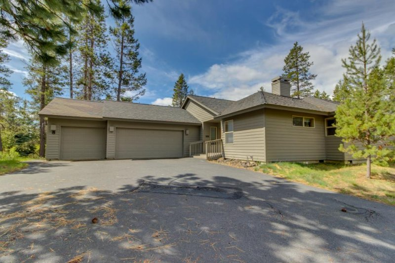 Clean, dog-friendly home w/ private hot tub & SHARC passes - Image 1 - Sunriver - rentals