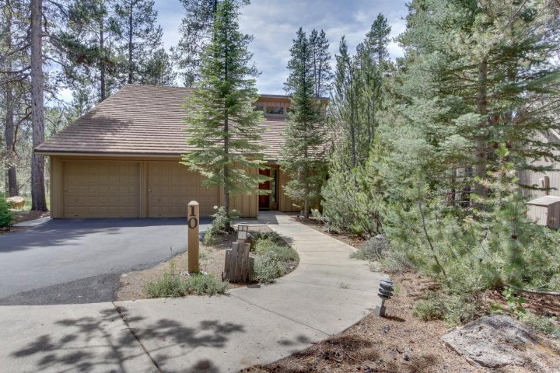 Private hot tub, pool table, 10 SHARC passes, and more at this Sunriver home! - Image 1 - Sunriver - rentals