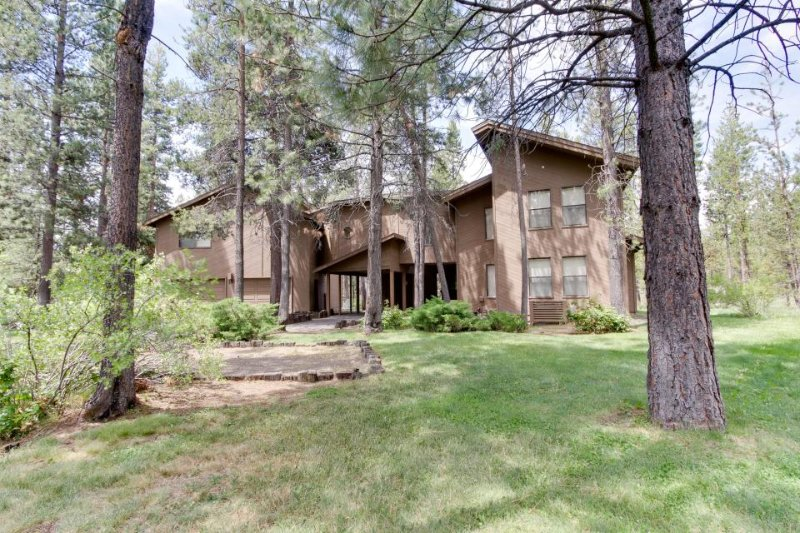 Family-friendly, spacious cabin boasting a sauna, game room, SHARC passes! - Image 1 - Sunriver - rentals