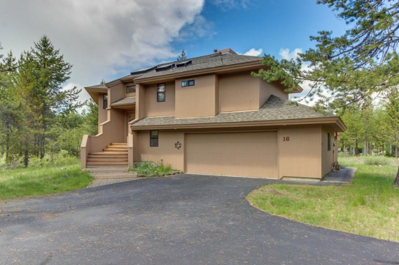 Comfortable Sunriver home w/ a private hot tub and WiFi! Free SHARC access! - Image 1 - Sunriver - rentals