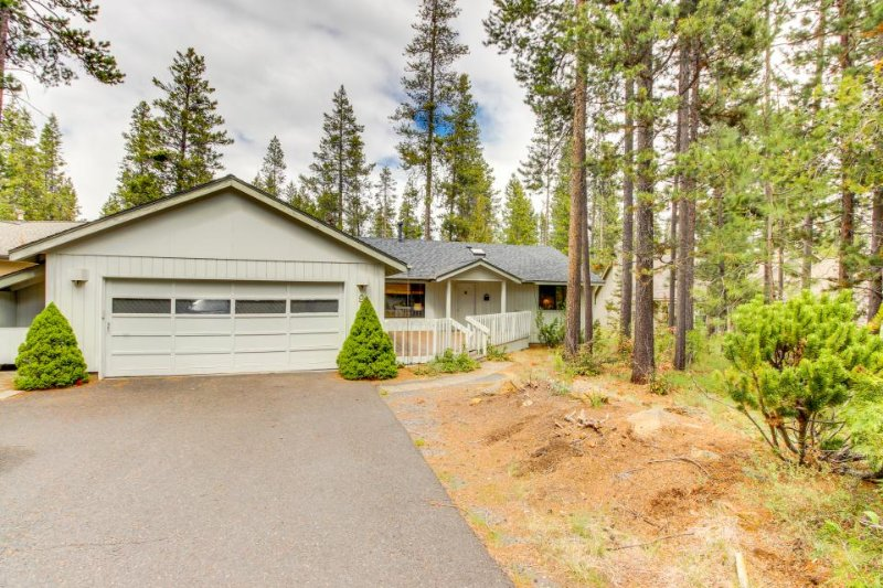 Comfortable home w/ private hot tub, entertainment, plus SHARC access! - Image 1 - Sunriver - rentals