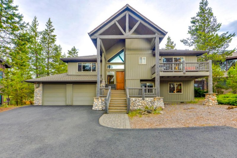 Beautiful Sunriver chalet w/ hot tub, pool table, SHARC passes! - Image 1 - Sunriver - rentals