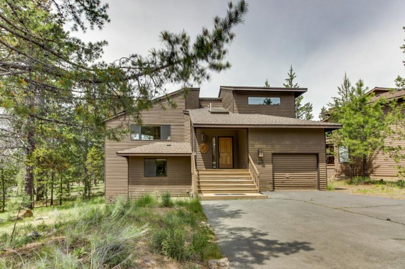 Dog-friendly house w/ private hot tub and 10 SHARC passes! - Image 1 - Sunriver - rentals