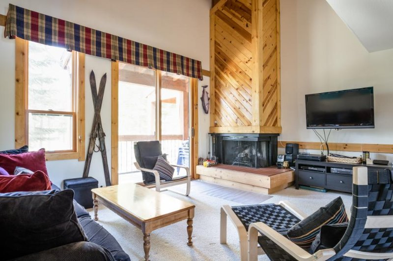 Lovely Northstar condo with a deck, mountain views, and a shared pool & hot tub! - Image 1 - Truckee - rentals