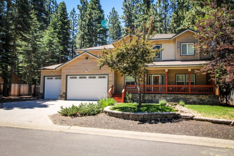 Contemporary alpine escape, w/private hot tub, close to skiing & Lake Tahoe - Image 1 - South Lake Tahoe - rentals