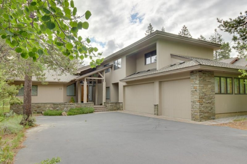 Upscale home near Woodlands Golf Course w/ a private hot tub and game room! - Image 1 - Sunriver - rentals