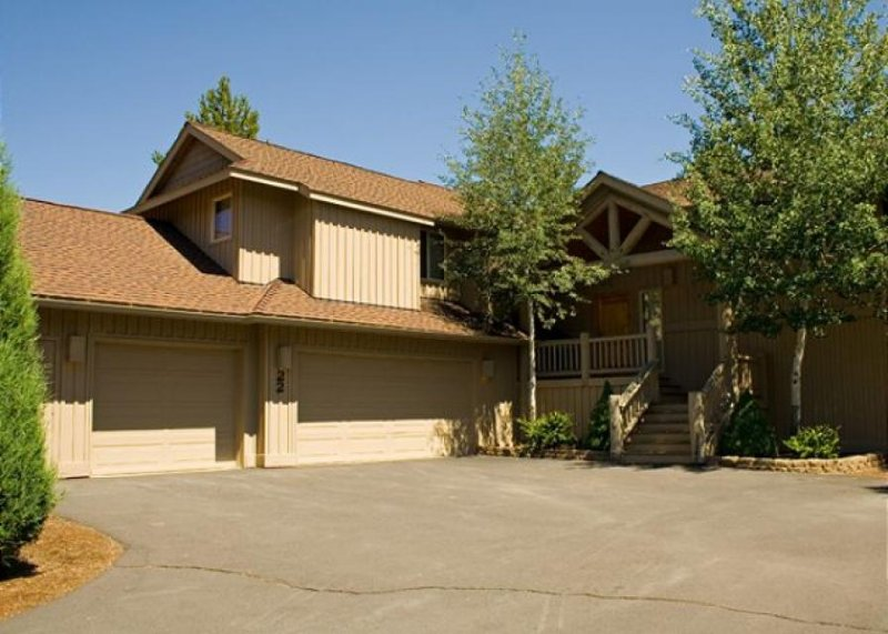 Large rustic lodge boasting a game room & hot tub! - Image 1 - Sunriver - rentals