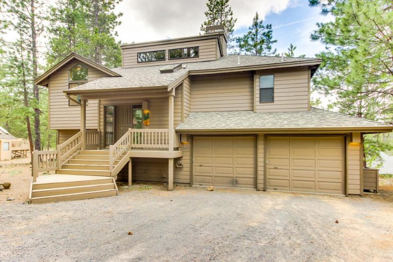 Family-friendly home w/ private hot tub & SHARC passes! - Image 1 - Sunriver - rentals