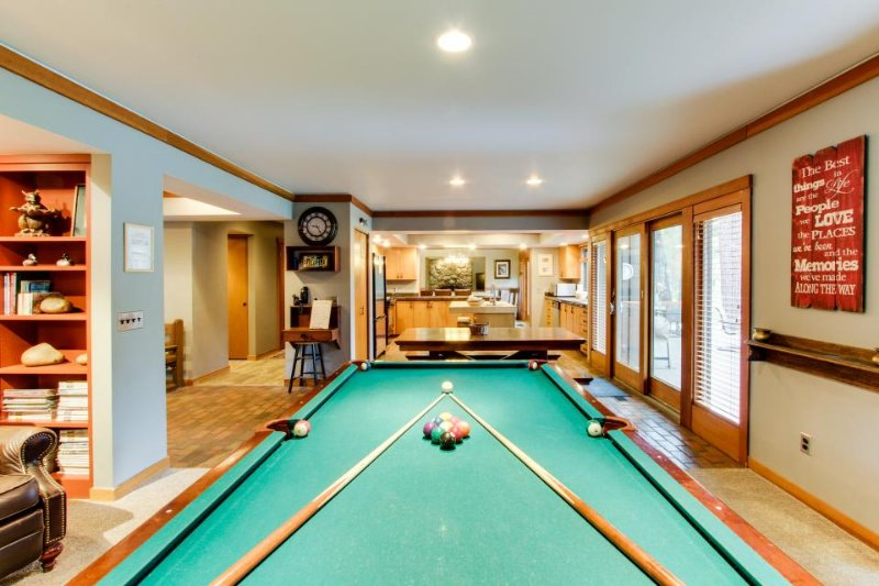 Main house plus condo w/ private hot tub, game room plus pool table! - Image 1 - Sunriver - rentals