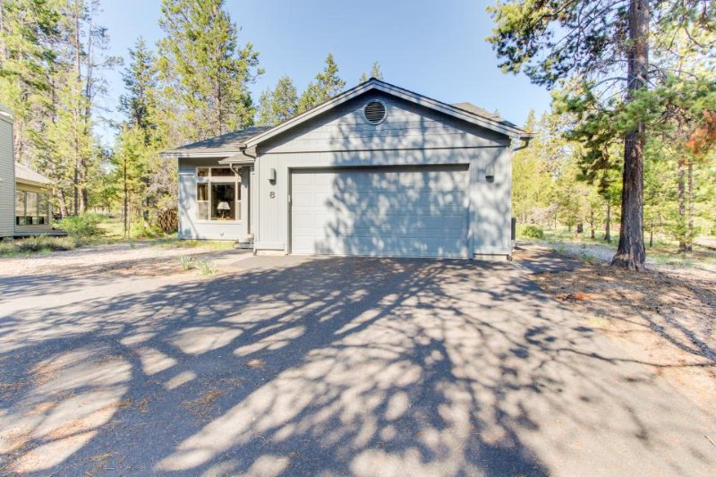 Sweet Sunriver home w/ private hot tub and outdoor space plus gas grill - Image 1 - Sunriver - rentals