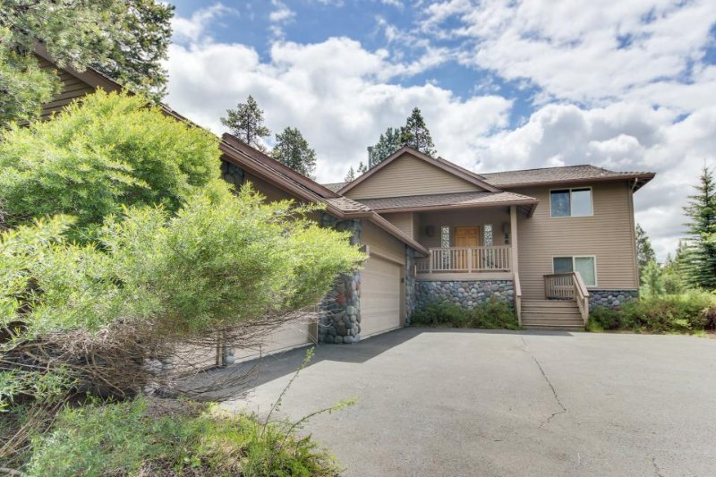 Inviting Sunriver home w/ golf course views and a private hot tub! - Image 1 - Sunriver - rentals