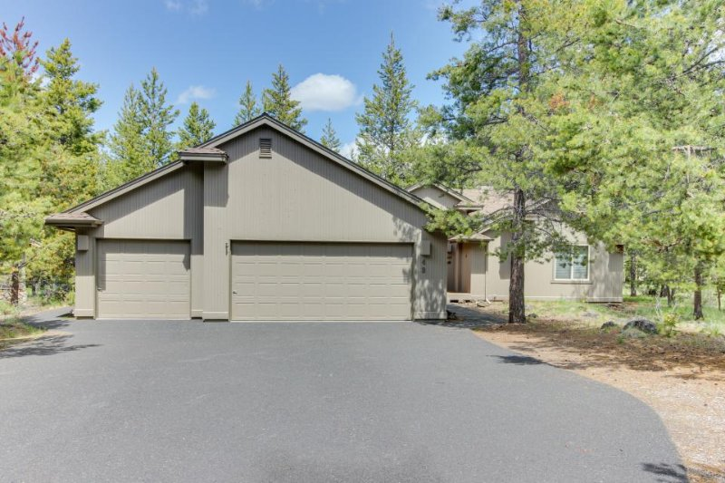 Spacious Sunriver getaway w/ private hot tub & fun Ping-Pong table. Free SHARC! - Image 1 - Sunriver - rentals