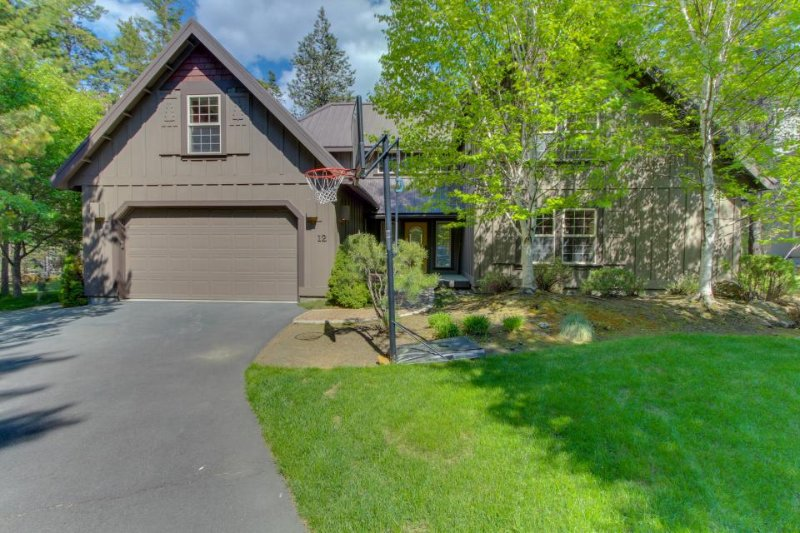 Lodge-style home, private  hot tub, on golf course and free SHARC access! - Image 1 - Sunriver - rentals