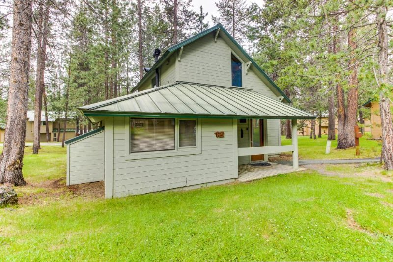 Cozy, family-friendly Sunriver home with shared pool - close to town - Image 1 - Sunriver - rentals
