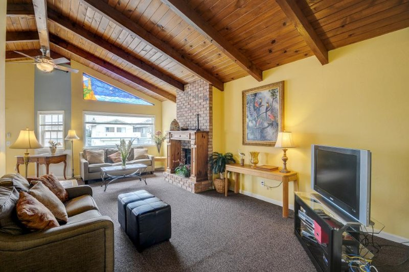Dog-friendly, newly remodeled beach house with well-appointed balcony & BBQ - Image 1 - Oceano - rentals