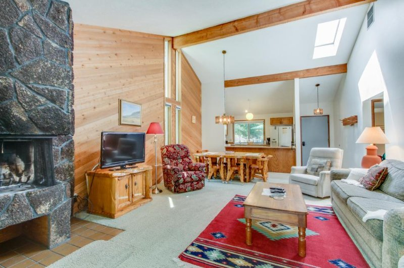 Single-level condo w/ shared pool, near the Nature Center! 6 SHARC passes! - Image 1 - Sunriver - rentals
