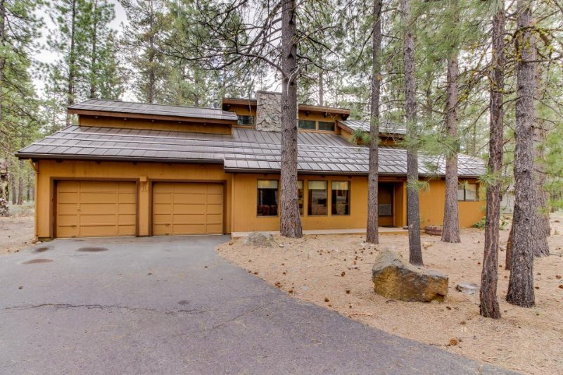 Sunriver retreat with private hot tub, game room, and SHARC access! - Image 1 - Sunriver - rentals