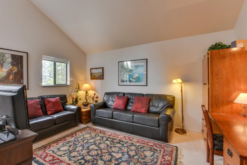 Second-floor studio condo w/ shared pool, close to golf & shopping! - Image 1 - Sunriver - rentals