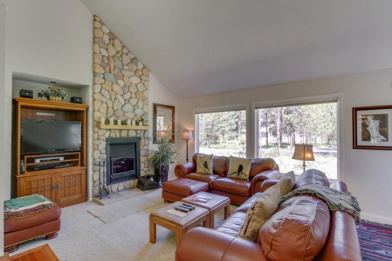 Charming house w/ private hot tub, bikes, and eight SHARC passes! - Image 1 - Sunriver - rentals