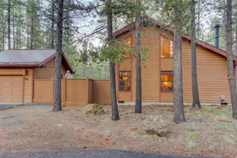 Cabin-style house w/ a private hot tub and SHARC access! - Image 1 - Sunriver - rentals