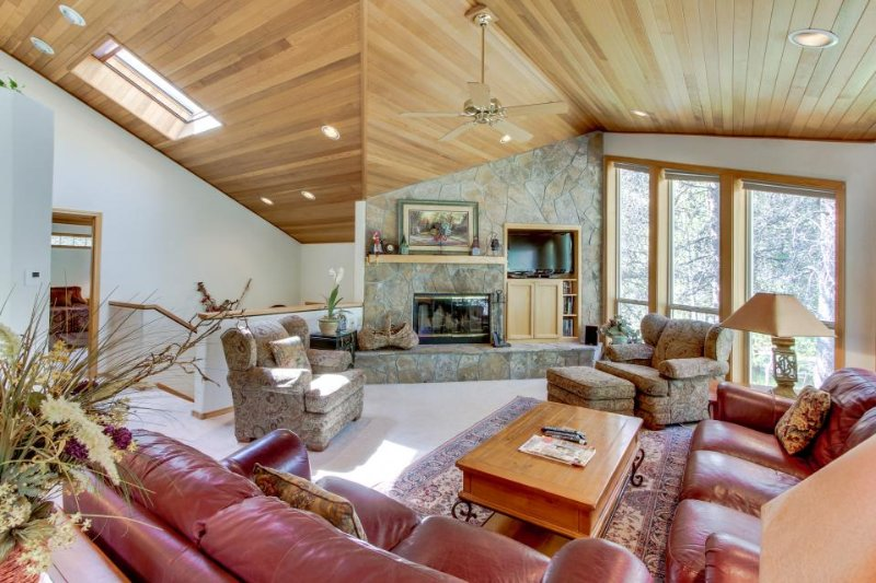 Beautiful Sunriver home w/ hot tub, two master suites and SHARC access! - Image 1 - Sunriver - rentals