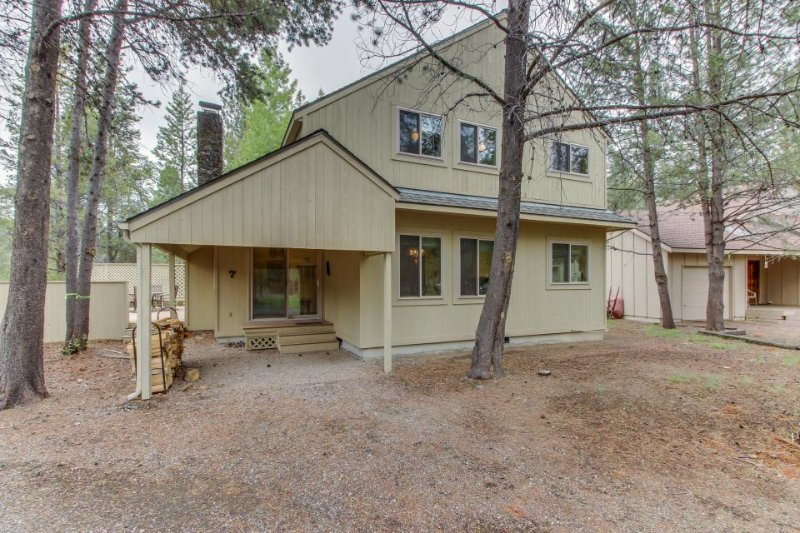 Cozy Sunriver home w/ hot tub, SHARC passes, wood stove - Image 1 - Sunriver - rentals