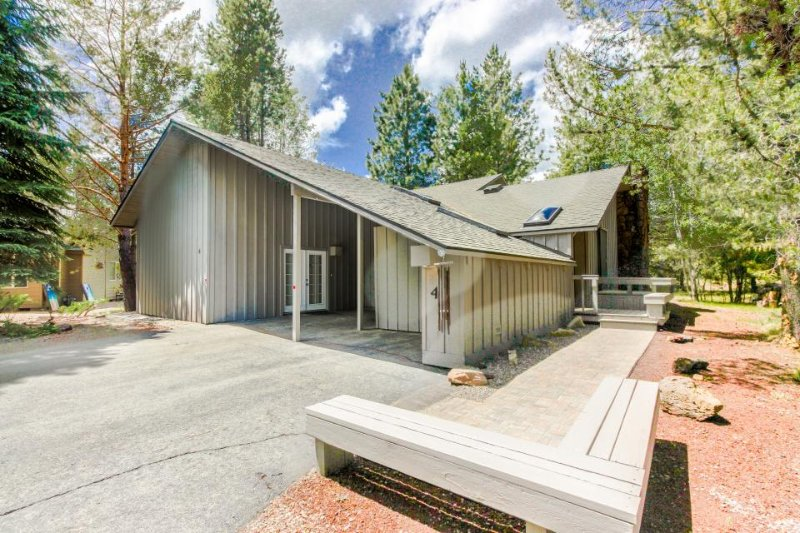 Homey cabin w/ private hot tub, entertainment & SHARC passes! - Image 1 - Sunriver - rentals