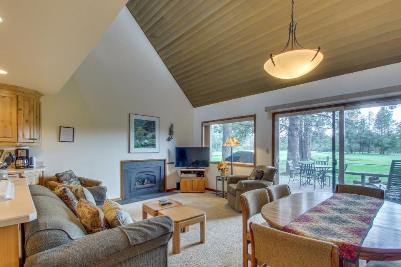 Cozy Sunriver condo w/ golf course & views of Mt. Bachelor from the deck - Image 1 - Sunriver - rentals