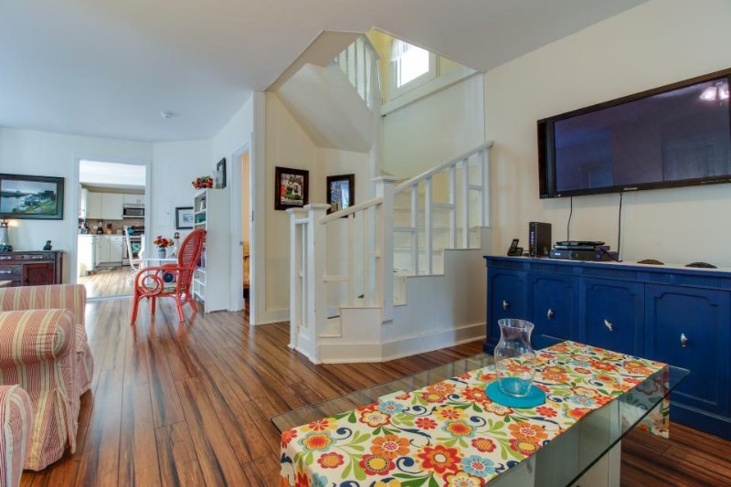 A deck, an enclosed yard & bikes, walking distance to the beach, ferry & town! - Image 1 - Oak Bluffs - rentals