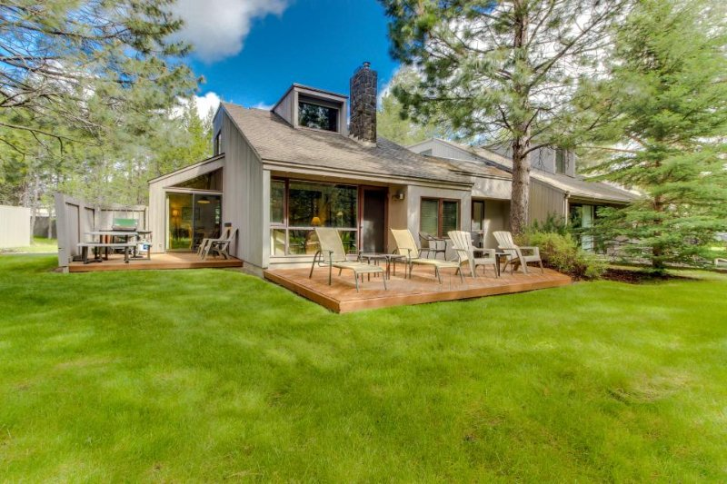 Near the Meadows Golf Course & the Village, SHARC passes! - Image 1 - Sunriver - rentals