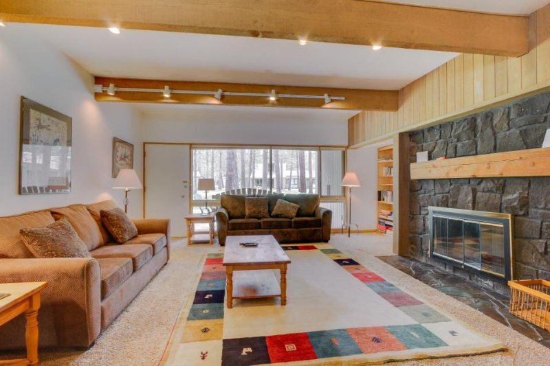 Dog-friendly condo w/ entertainment, private hot tub and SHARC access! - Image 1 - Sunriver - rentals