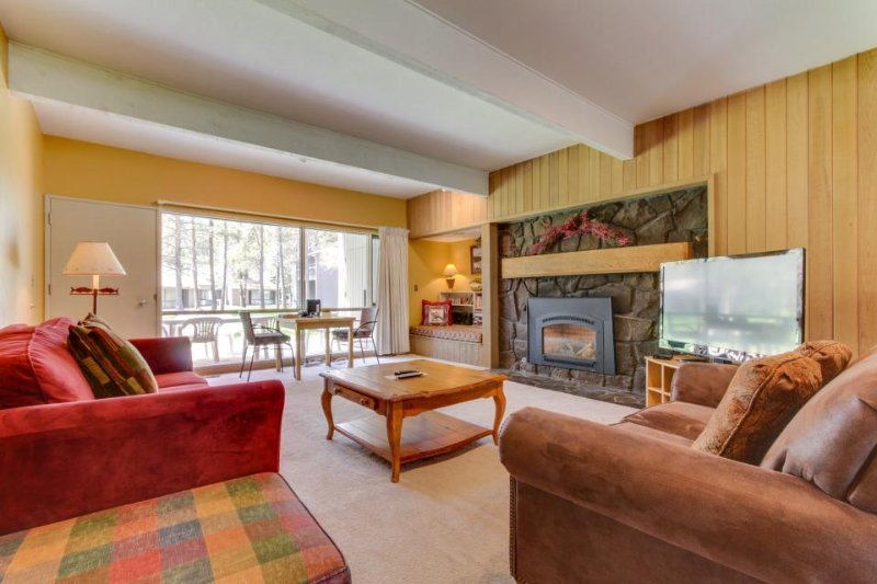 Cozy condo w/ private hot tub & SHARC passes - great location! - Image 1 - Sunriver - rentals