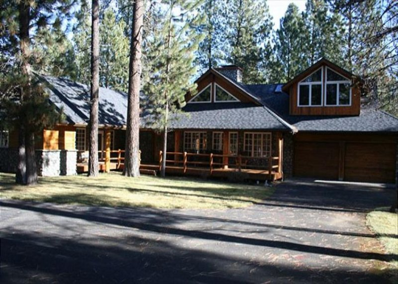 Spacious cabin with expansive deck and private hot tub - Image 1 - Sunriver - rentals