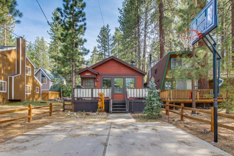 Mountain getaway with private hot tub, close to skiing, hiking & more! - Image 1 - Big Bear Lake - rentals