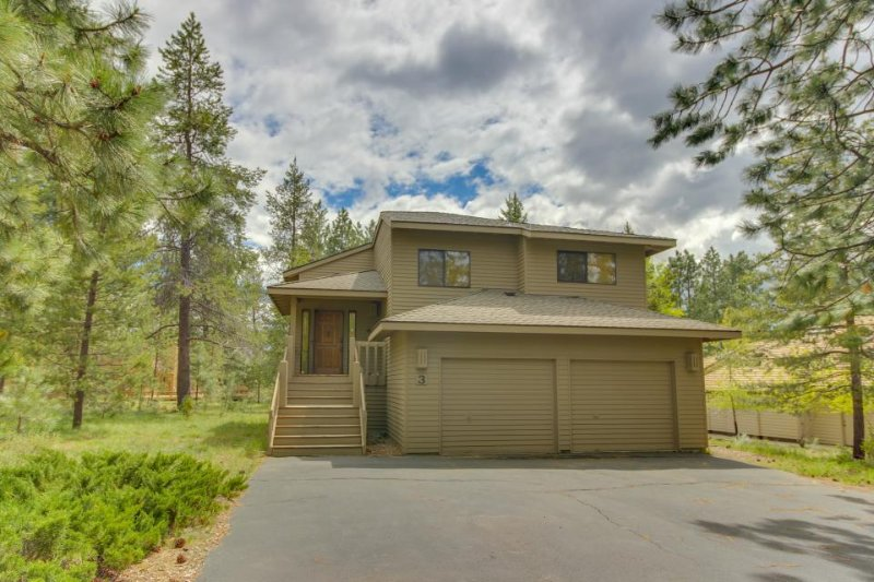 Enjoy a private hot tub & SHARC passes at this perfectly located home! - Image 1 - Sunriver - rentals
