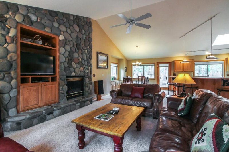 Cozy lodge w/private hot tub & deck, SHARC access provided! - Image 1 - Sunriver - rentals
