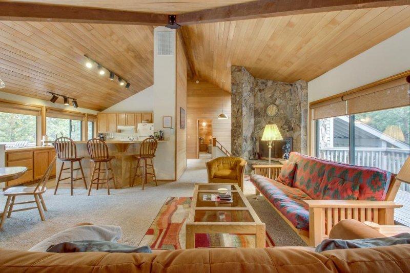 Casual Sunriver retreat w/private hot tub & large deck! - Image 1 - Sunriver - rentals