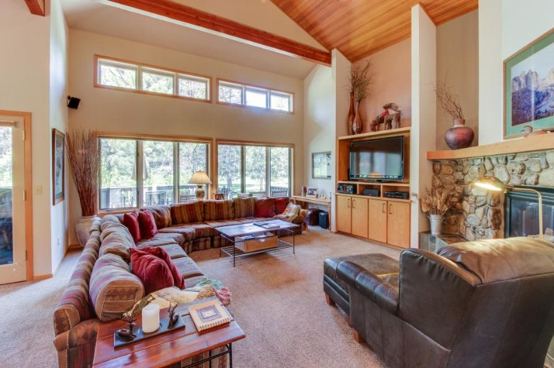 Spacious home w/hot tub, gourmet kitchen & golf course views - Image 1 - Sunriver - rentals