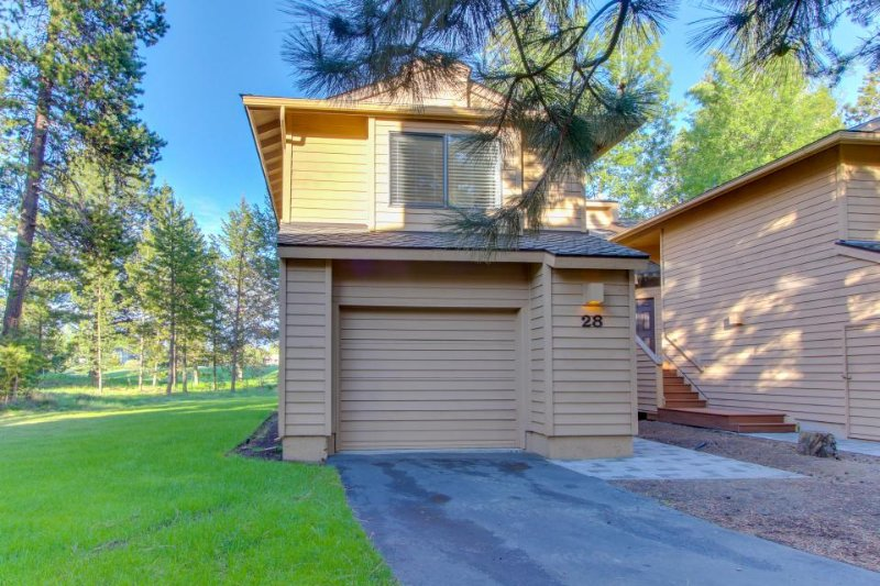 Updated townhome w/ golf course views & private hot tub - great location! - Image 1 - Sunriver - rentals
