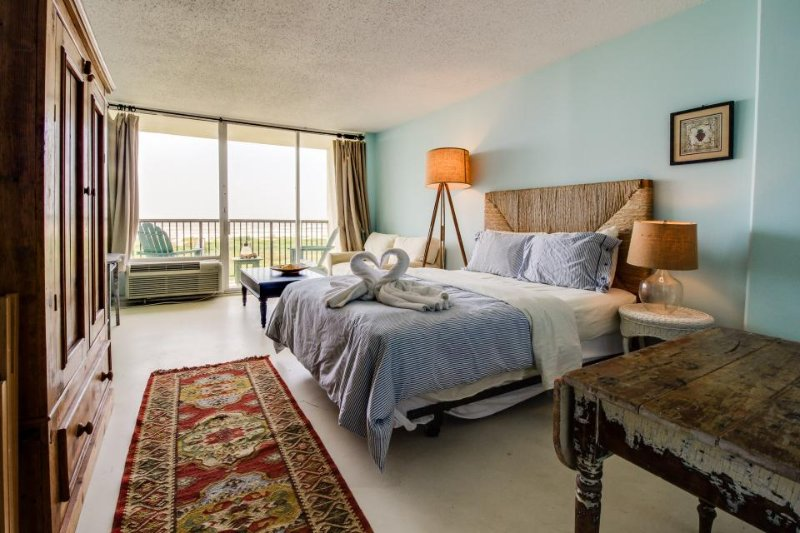 Cozy, oceanfront studio with private balcony, shared pool, and tennis courts! - Image 1 - Galveston Island - rentals