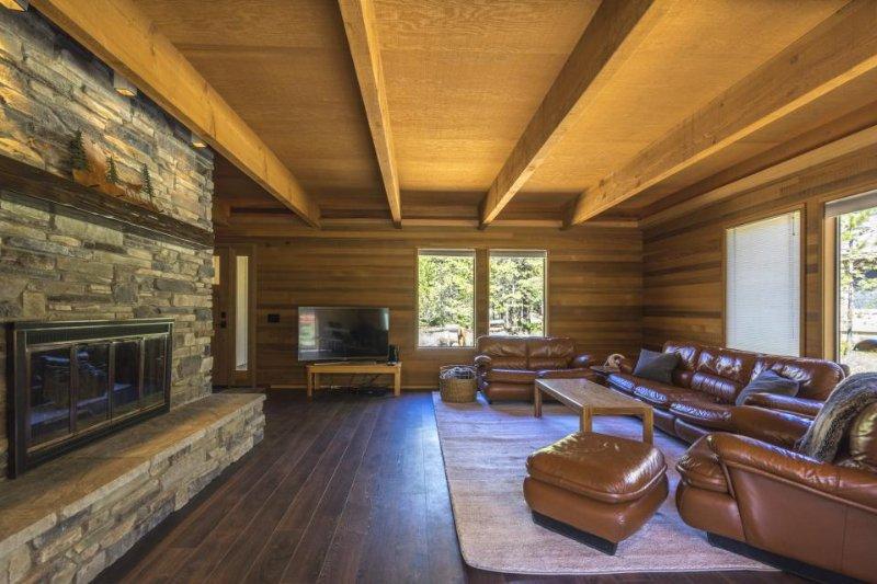 Elegant, renovated home w/ private hot tub, SHARC passes - Image 1 - Sunriver - rentals