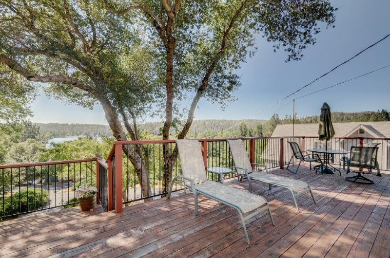 Cozy, family-friendly house w/shared pool, large deck with views of the lake! - Image 1 - Groveland - rentals