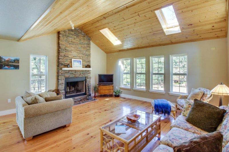 Beautiful home w/lake access, game table, shared pool near Yosemite! - Image 1 - Groveland - rentals