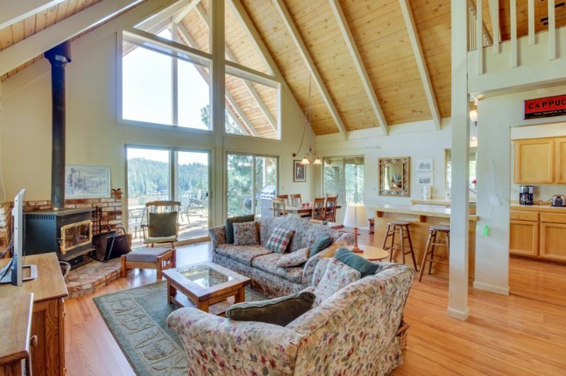A-frame home w/ stunning lake views, huge deck, shared pool + near Yosemite! - Image 1 - Groveland - rentals