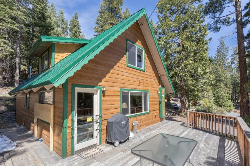 On the hill above beautiful Tahoe Vista, hike out the door! - Image 1 - Tahoe Vista - rentals
