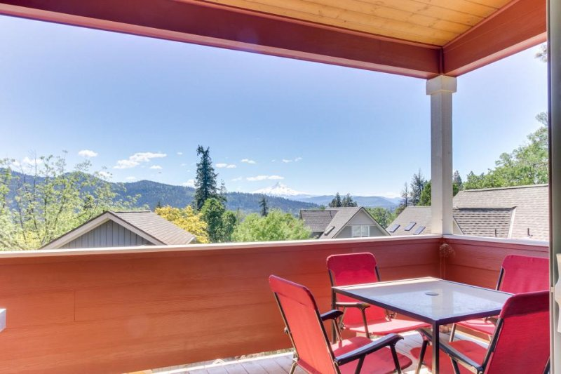 Modern townhome with deck, views of Mt. Hood - walk downtown! - Image 1 - White Salmon - rentals