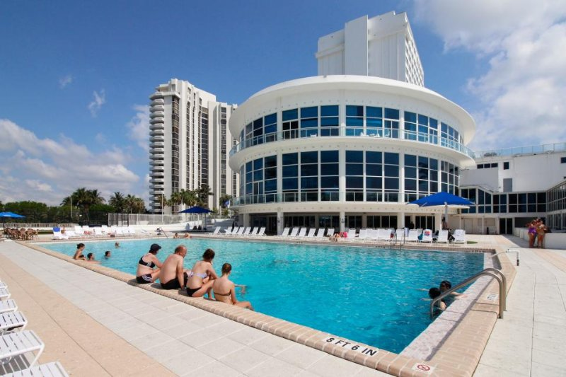 Sunlit ocean front studio w/ beach access, pool, tennis, & fitness center - Image 1 - Miami Beach - rentals