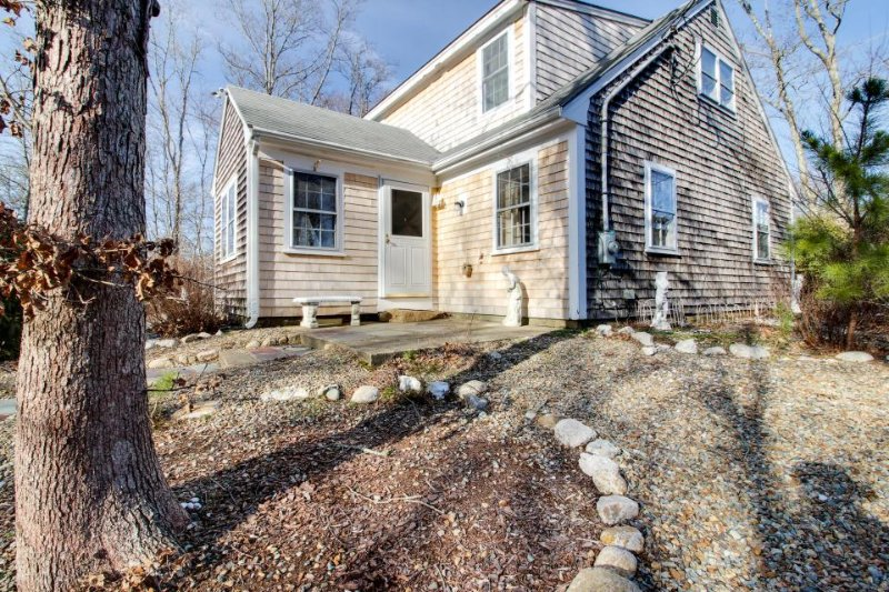 Quiet family-friendly home w/jetted tub & prime location - Image 1 - Vineyard Haven - rentals